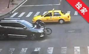 【视频】男孩路上骑飞车 违法闯灯出事故