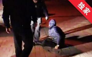 【视频】男子醉倒路边热心市民报警 朋友:要点脸吧
