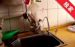 【视频】骗子上门安装净水器 老人被骗1500元