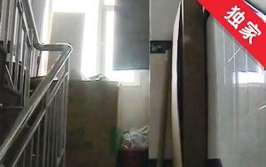 【視頻】樓道里堆放雜物 存在隱患治理難