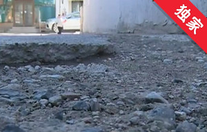 【视频】楼房前地面塌陷 居民寻找责任方进行修复