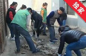 【视频】小巷路面破损严重 社区从中协调铺新路