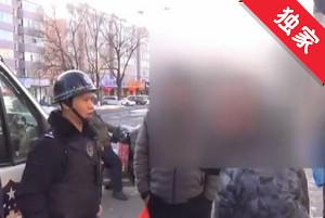 【视频】男子步行闯红灯 行人阻拦起争执