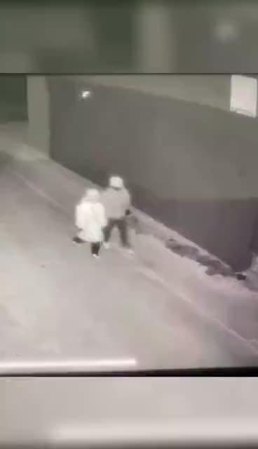 延吉这俩人穷疯了? 深夜砸车玻璃盗窃!车主:真的挺气愤的,希望警方早点找到他们……