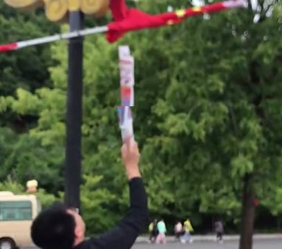 【网友爆料】感人!吉林敦化路边一国旗被风卷起,小哥哥努力让国旗舒展,迎风飘扬