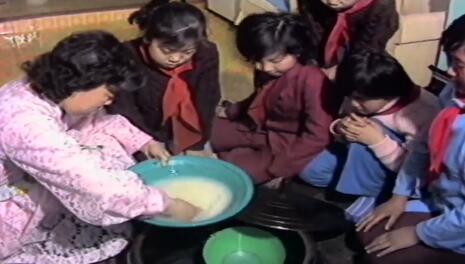 """[추억의 영상] """"그때는 이렇게 밥 지어 먹었습니다~"""" (1980년대 연길가정의 밥 짓는 영상!)"""