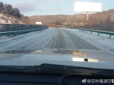 【高速路况】目前延吉分局辖区高速路况,路面被薄雪覆盖.