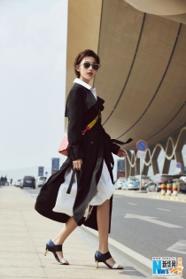 张俪最新机场街拍曝光 亲身演绎开春风衣新玩法