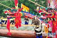贵州苗族群众欢度独木龙舟节