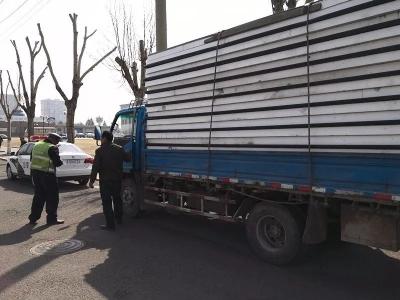 遇交警拦截,这辆货车调头就跑……最终,没能跑过警车!