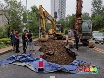【突发】延吉一路面突然塌陷出1米深大坑!