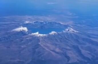 美轮美奂!罕见的空中鸟瞰初雪后的长白山天池! (视频)