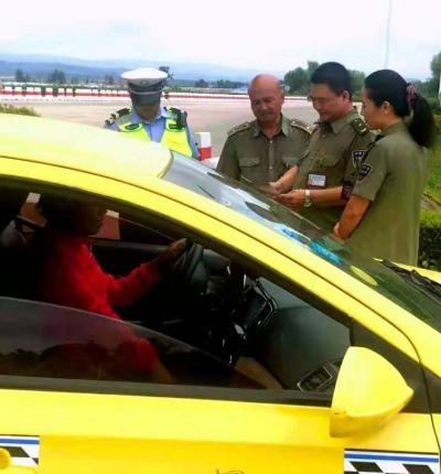 头道收费站与交警部门联动对公路收费秩序专项整治