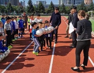 """珲春市青少年业余体育学校开展""""送足球进校园""""活动"""