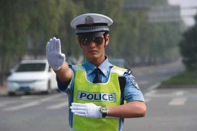 副驾驶员发现前方交警是旧相识,下车就躲……