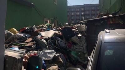 钉子户废品垃圾堆积如山,严重影响居民正常生活