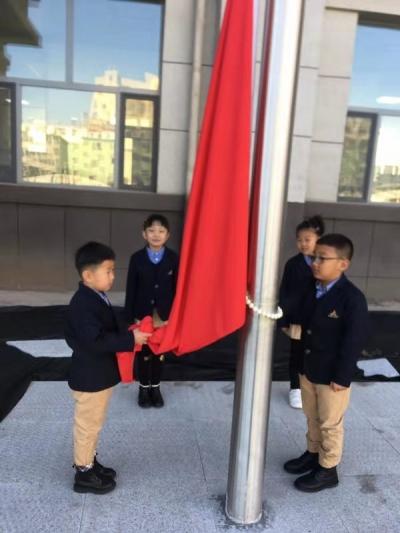 永怀爱国志 从小树情怀 ——延吉市进学小学一年三班在新校区举行升旗仪式