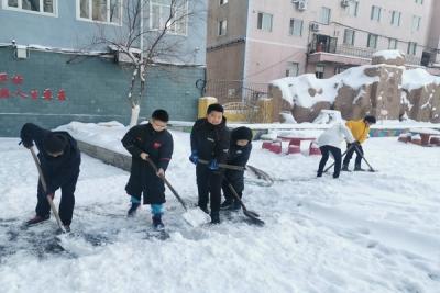 校园清雪保安全——进学志愿者在行动