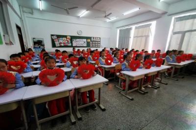 延河小学举行课前歌展示活动