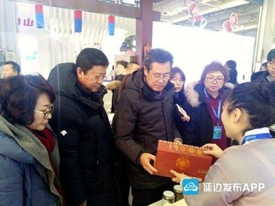 聚焦雪博会丨副州长朴学洙参观延边馆区查看商品展示情况