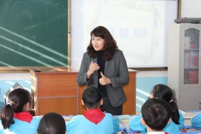 进学小学学生与校长共读书