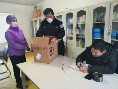 汪清一村干部捐赠一千个口罩给村民