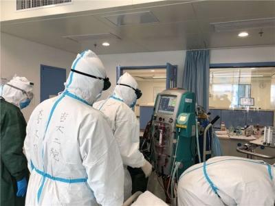 同时间赛跑,与病魔较量:截至22日16时,吉林省医疗队已治愈出院重症患者44人,病情好转77人