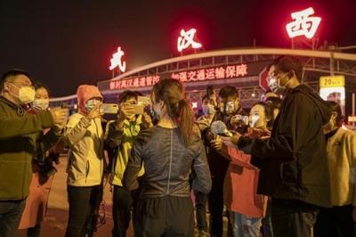 """4月8日零时,武汉""""解封""""现场的三个故事"""