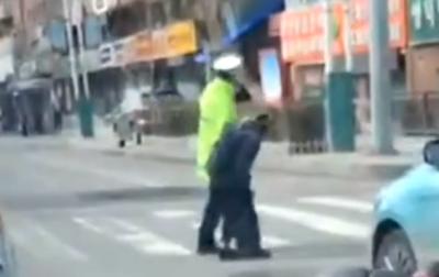 【微视频】延吉交警车流中扶老人过马路,你慢步前行的样子真帅