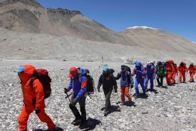 震撼!23张照片再现珠峰登顶全程