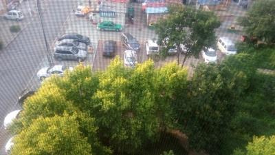 河南小区公园乱停车,没有停车场