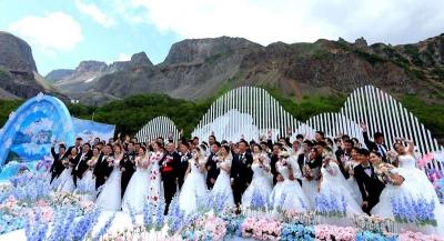 牵手长白山 ,浪漫天地间一一致敬最美逆行者大型集体婚礼