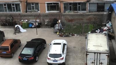 小区内常年堆放垃圾、谁来管一管!
