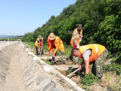 全力保障夏季公路养护工作