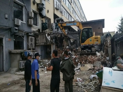 延吉市城管局重拳出击 拆除违建助力老旧小区改造换新颜