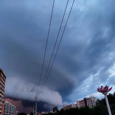 """令人称奇!乌云在空中形成一堵""""云墙""""!"""