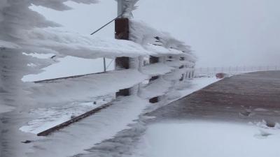长白山今日积雪已达半米!看,冰结成了风的形状!