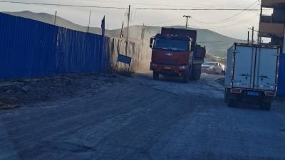 图们:集中村道口灰土扬尘,道路破损无人管!