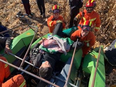 """和龙一男子被玉米收割机""""吞手"""" 消防紧急救援"""