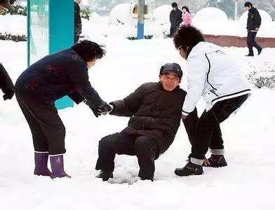 雪天路滑摔倒了,单位给赔不?