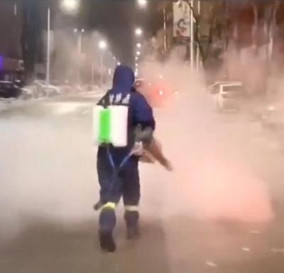 通化市消防救援支队对东昌区三条城市主要干道街路以及9个社区、20余个小区执行全面防疫消杀任务