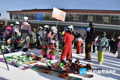 【广电快讯】2021首届龙井马蹄山青少年滑雪趣味赛今日在龙井举行