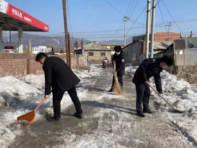 破冰铲雪保畅通 警民联合在行动