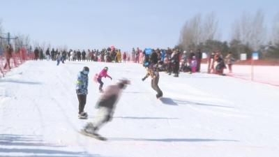 【视频新闻】青少年滑雪趣味赛 欢聚龙井马蹄山露营地
