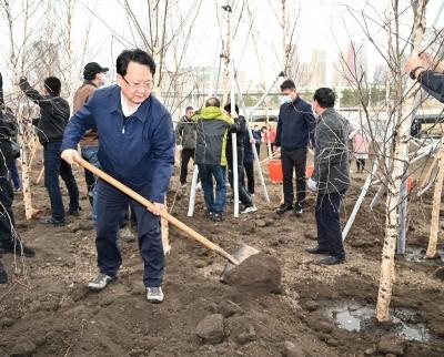景俊海:在全社会倡导形成爱绿植绿护绿文明风尚 提升绿美吉林建设水平 打造生态文明建设强省