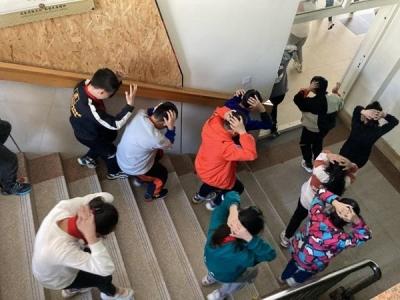 北山小学六年一班参加防震减灾演练  学习应急自救技能