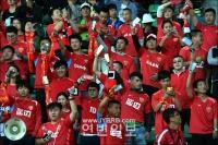 팬들, 축제분위기 연출 손전등 응원, 이색적