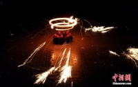 하북 민속놀이 '라오화', 눈부신 황금불꽃