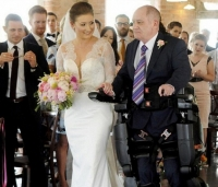 하반신 마비 아빠, 딸 결혼식 걸어 들어간 사연 '뭉클'