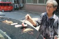 승용차철판우에서 새우 굽는 할머니